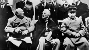 Winston Churchill (à gauche), Franklin Delano Roosevelt (au centre) et Joseph Staline posent à Yalta, le 4 février 1945.