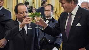 The Netherlands' King Willem-Alexander (R) toasts France's President Francois Hollande at the royal palace Noordeinde in The Hague