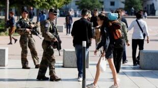 Polícia patrulha rua onde ocorreu explosão em Lyon
