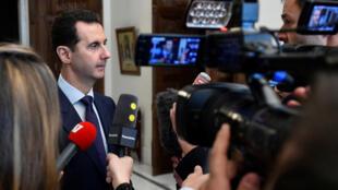 Bashar al-Asad contesta a periodistas franceses en Damasco, Siria.