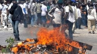 Polícia e manifestantes senegaleses se enfrentaram diante de uma mesquita no centro de Dakar neste domingo.