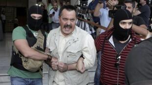 O vice-líder e um dos parlamentares do partido de extrema-direita grego Aurora Dourada, Christos Pappas(centro), foi um dos detidos pela polícia.