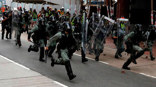 Cảnh sát chống bạo động được huy động giải tán người biểu tình Hồng Kông tại Sham Shui Po, ngày 11/08/2019.
