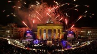 Un feu d'artifice à la Porte de Brandebourg, à Berlin, l'un des lieux touristiques de la capitale allemande (photo d'illustration).