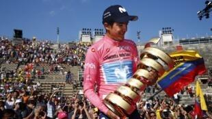 El ecuatoriano Richard Carapaz con la Maglia Rosa y el trofeo al ganar el Giro de Italia el 2 juin de 2019.