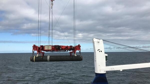 Le 13 septembre 2019, le navire de pose de tuyaux de haute mer pose un tuyau pour le pipeline Nord Stream 2 dans la mer Baltique.