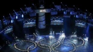 Dançarinos formam o anel olímpico durante cerimônia de abertura dos Jogos Olímpicos da Juventude, em Cingapura.