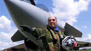 """1999年,塞爾熱.達梭在布爾日航展本集團出產的尖端戰機""""陣風""""前向觀者致意。"""