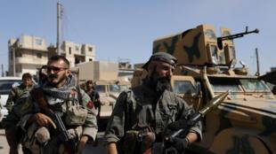 Combatentes das Forças Democráticas Sírias (FDS) lutam contra o grupo Estado Islâmico