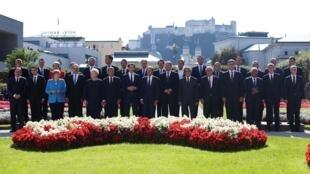 Les dirigeants de l'Union européenne posent pour une photo de famille lors du sommet informel de Salzbourg, en Autriche, le 20 septembre 2018.
