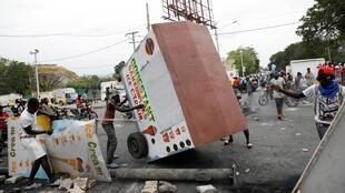 Des manifestants construisent des barricades dans une rue de Port-au-Prince, le 24 février 2020.