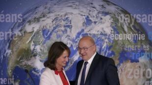 La ministre de l'Environnement Ségolène Royal et le ministre de l'Economie Michel Sapin ont fait le point sur la mise en place d'obligations vertes en France, le 3 janvier lors d'une conférence de presse.