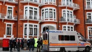 Uma van da polícia britânica é vista na entrada da embaixada equatoriana depois que o fundador do WikiLeaks, Julian Assange, foi preso nesta manhã em Londres.