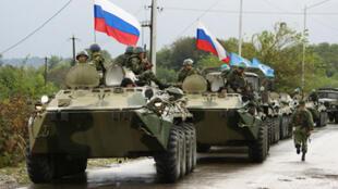 Une colonne de chars russes quitte un