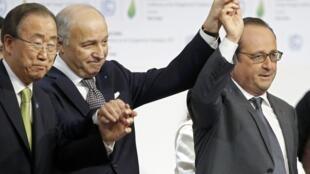 El presidente de ma COP21, Laurent Fabius, celebra el acuerdo junto a Ban Ki-moon y el mandatario francés François Hollande.