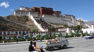 Image d'archive: Le palais du Potala, un des monuments de Lhassa.