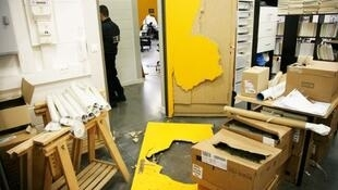 Police investigate at the offices of Rue89 after the robbery