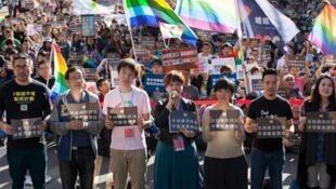 挺婚姻平權修法的團體12月26日舉辦「爭取婚姻平權,用愛守護立院」活動,希望透過修民法達到婚姻平權。
