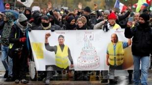 Mais de 200 protestos de coletes amarelos estão marcados em toda a França, como em Paris (16/11/2019).