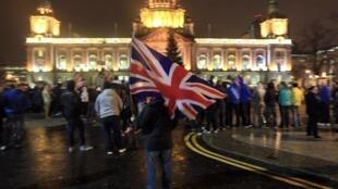 Manifestantes unionistas diante da prefeitura de Belfast na Irlanda do Norte.