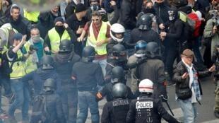 2019年5月1日,一些參加傳統的五一大遊行的抗議人士在巴黎街頭遭遇警方盤查。