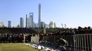 Sáng ngày 1/1/2015, người dân Thượng Hải đến đặt hoa cho các nạn nhân vụ xô đẩy chết người đêm giao thừa tại khu Ngoại Than.
