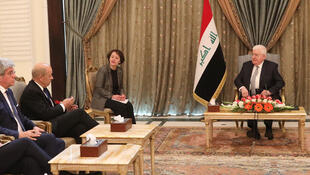 Le ministre français des Affaires étrangères Jean-Yves Le Drian (deuxième à gauche), lors d'une rencontre avec le président irakien Fouad Massoum (à droite), le 12 février 2018 à Bagdad.