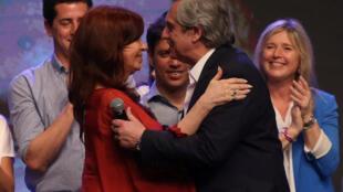 Alberto Fernandez, vainqueur au premier tour de l'élection présidentielle argentine célèbre sa victoire avec Cristina Krichner, le 27 octobre 2019.