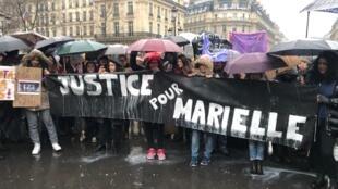 """Manifestantes reunidos em frente à Ópera de Paris para marcha com o lema """"Justiça para Marielle Franco"""", em Paris, em 17 de março de 2018"""
