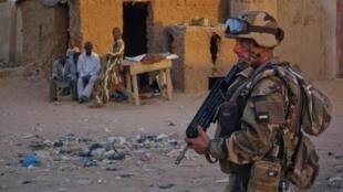 Soldado frances patrulhando nas ruas de Gao