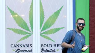 Homem fotografado após comprar em uma loja que vende maconha e produtos derivados da planta em Newfoundland and Labrador no Canada, 17/10/2018