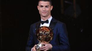 Cristiano Ronaldo ontem logo após receber a sua quinta Bola de Ouro