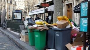 Devido à greve dos lixeiros, detritos se acumulam nas ruas de Paris e arredores há dez dias.