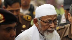 L'imam Abu Bakar Bashir, à son arrivée au tribunal de Jakarta où il est jugé, le 9 mai 2011.