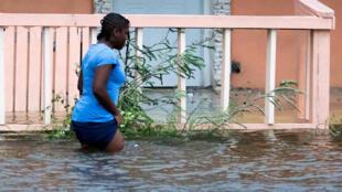 Rua inundada em Nassau após passagem do furacão Dorian (2/9/19).