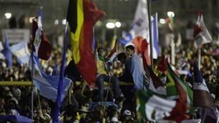 Peregrinos enfrentaram a chuva em Copacabana para assistir abertura da Jornada Mundial da Juventude.