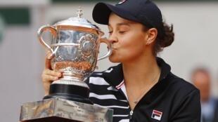 Ashleigh Barty ergueu seu primeiro troféu de Grand Slam no torneio de Roland Garros.