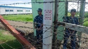 Militares da guarda da fronteira de Miamar na entrada do acampamento Nga Khu Ya em Maungdaw, estado de Rakhine.