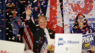 Ứng cử viên Dân Chủ Doug Jones cám ơn các ủng hộ viên sau khi giành chiến thắng ở Alabama ngày 12/12/2017.