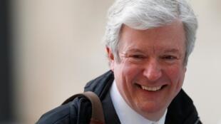 Tony Hall lors de son arrivée à Broadcasting House pour son premier jour en tant que nouveau directeur général de la BBC, le 2 avril 2013.