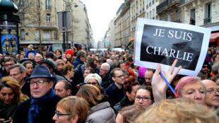 Franceses se uniram na manifestação em Paris após os atentados de 7 de janeiro de 2015.