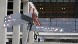 Panneau de signalisation endommagé devant le futur aéroport de Berlin BER.