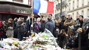 Foto tirada alguns dias após os atentados de novembro de 2015 durante homenagens às 129 vítimas do terrorismo em Paris, 16/11/2015