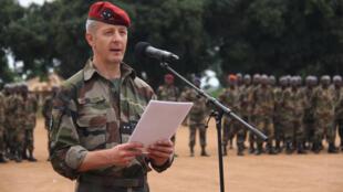 Le général Eric Peltier, qui vient de prendre le commandement de l'EUTM en Centrafrique, s'adresse au président de la république centrafricaine, Faustin-Archange Touadéra et à Federica Mogherini, au camp Leclerc, le 12 juillet 2019.