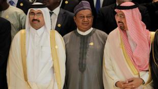 Secretário-geral da Opep, Mohammed Sanusi Barkindo (C), com o ministro da Energia saudita, Khalid al-Falih (direita) e o ministro Mohammed bin Saleh al-Sada, do Qatar, durante a última reunião da Opep, na Argélia.