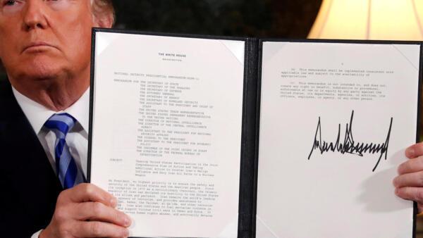 Trump exibe documento em que anuncia intenção de abandonar o acordo nuclear iraniano.