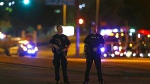 Cảnh sát canh phòng xung quanh khu vực triển lãm sau vụ nổ súng.