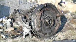 L'un des moteurs du Boeing 737-800 de la compagnie Ukraine International Airlines (vol PS752), aperçu dans les décombres du crash de Téhéran, le 8 janvier 2020.
