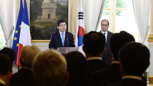 South Korean Prime Minister Hwang Kyo-ahn and French President Francois Hollande give a press conference following their meeting at the Elysee palace on 18 September 2015 in Paris.