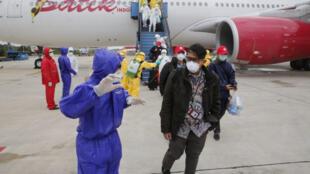 Nhân viên y tế chuẩn bị lên đường sang Vũ Hán đưa công dân Indonesia hồi hương.